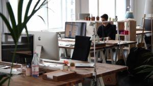 Pourquoi changer régulièrement de place au bureau est bon pour la productivité ?