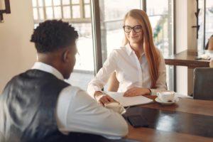 Un entretien d'embauche entre un homme et une femme.