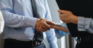 Deux personnes se serrent la main.