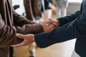 Deux personnes se serrent la main pour se dire au revoir.