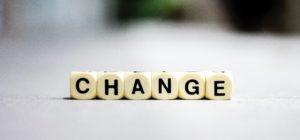 """Des dés qui épellent le mot """"change""""."""