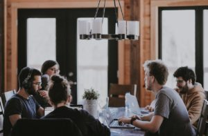 Un groupe de personnes réunies autour d'une table pour travailler.