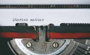 """Une machine à écrire avec écrit """"Stories matter""""."""