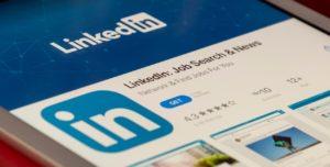 Un téléphone allumé sur la page de téléchargement de l'application LinkedIn.